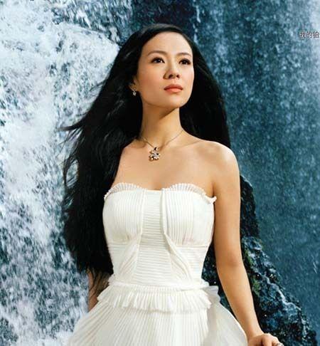 Zhang Ziyi adalah seorang cantik superstar Cina yang mendapat takdir terkenal setelah film 'Geisha Diaries' dan 'The House of Flying Daggers'. Sekarang dia berada di antara 4 aktris Cina yang paling populer di dunia.