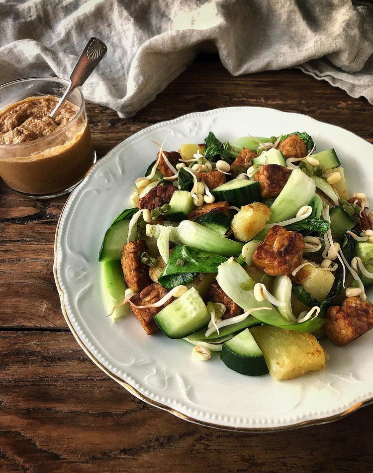 gado-gado-salaatti ja maapähkinäkastike
