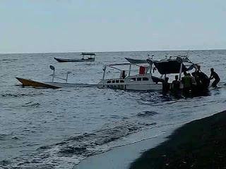 <b>Berniat Wisata Ke Pulau Satonda, Kapal Pengangkut 21 Orang Dihantam Gelombang di Perairan Sorisumba</b>
