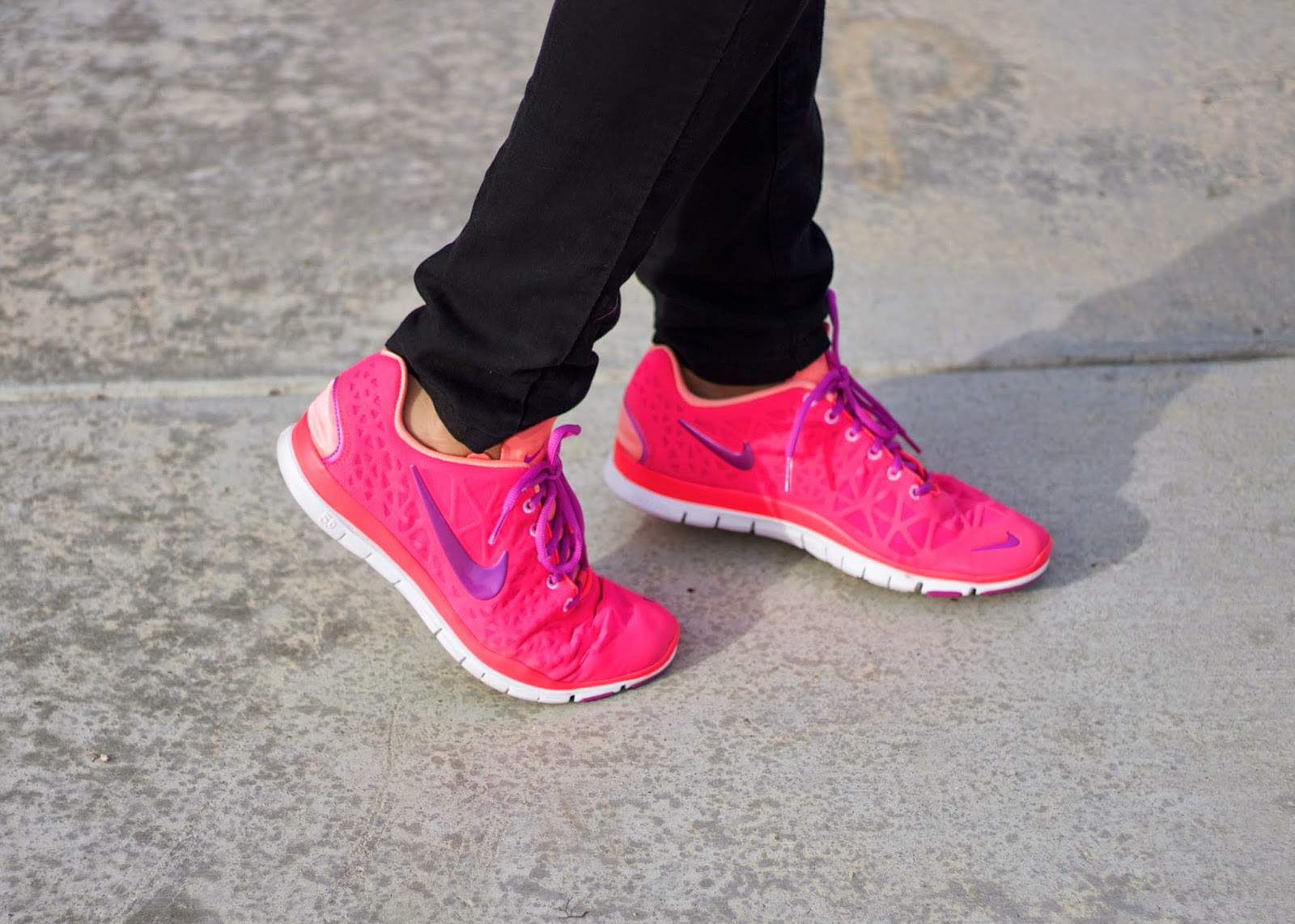 hot pink nikes, breast cancer awareness nikes, pink and purple nikes, nike free, nike outlets las americas, how to wear nikes, nike blogger, nike women