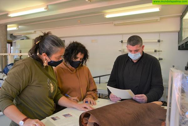 El Cabildo de La Palma inicia las labores de restauración de un cantoral gregoriano del siglo XVI