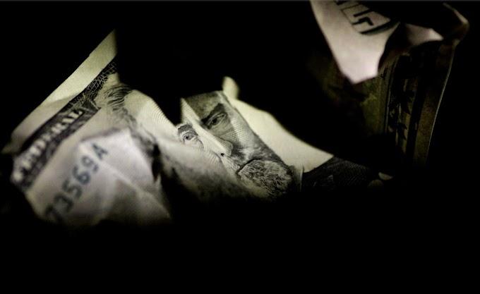 El dólar cae a mínimos de dos años; Aussie y Kiwi se estabilizan