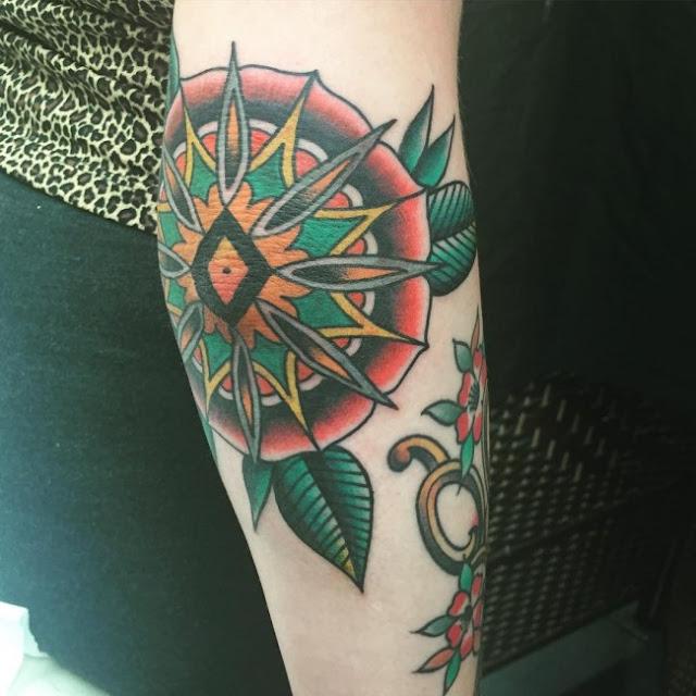 Tatuagens no cotovelo