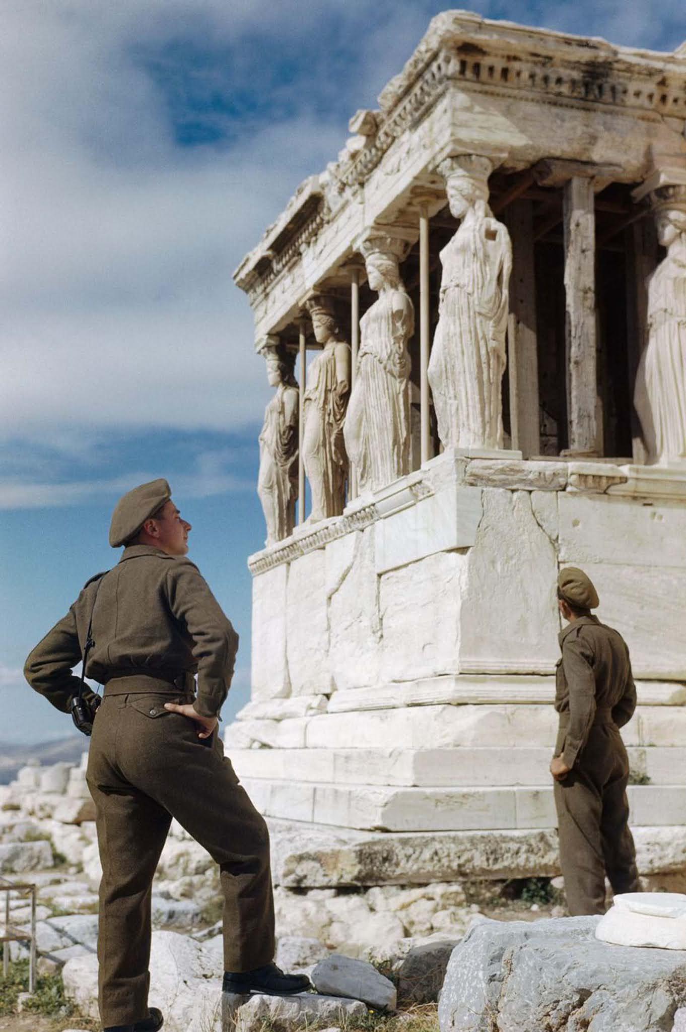A brit katonák Athén városnézés közben csodálják a kariatidákat az Akropoliszon.  1944.