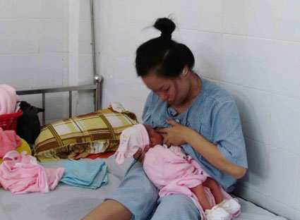 Khi thăm vợ sinh mổ nằm viện, chồng cảm thấy ân hận về việc làm của mình
