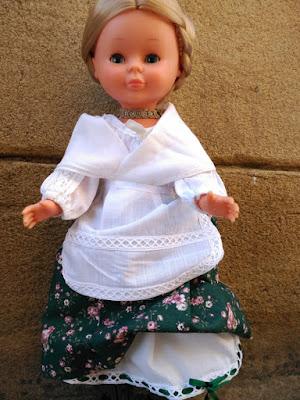 Nancy de famosa con el traje de jotera corto