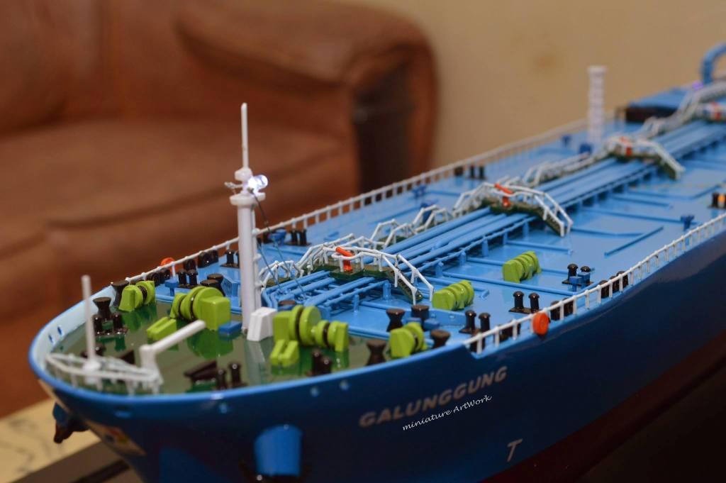 maket miniatur kapal crude oil tanker galunggung milik pertamina indonesia raya