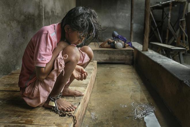 Αέναη επΑνάσταση: Παράνομα αλυσοδεμένοι άνθρωποι με ψυχικές διαταραχές  [εικόνες]
