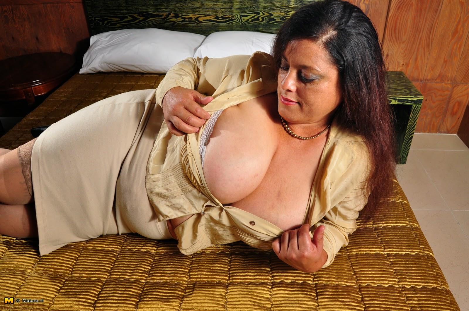 Amanda love shows off her sports bra - 3 part 6