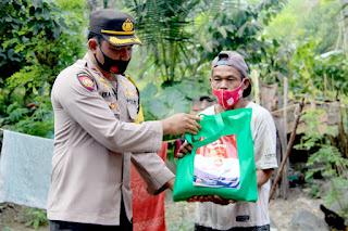 Seberangi Sungai Lahar Dingin Semeru, Kapolres Lumajang Salurkan Bansos Untuk Warga Terisolir