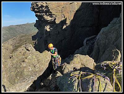 Escalando la arista de Zonza en Coll de Bavella, Córcega