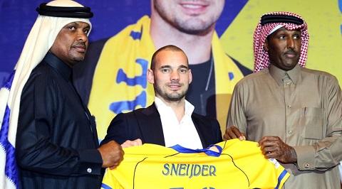 Sneijder nhận chiếc cáo của mình từ đội bóng Qatar