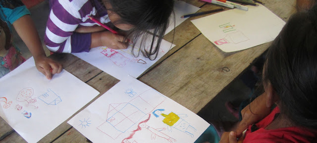 Niños indígenas de Chiapas en un taller de dibujo.