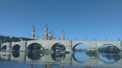 El puente de piedra Zaragoza espejo Ebro