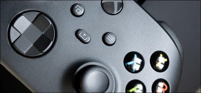 صورة مقربة لوحدة تحكم Xbox Series X.