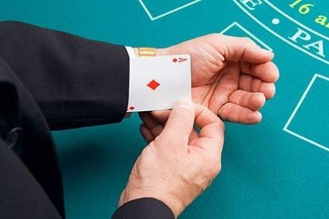 Tuyệt chiêu đánh tráo bài qua tay áo