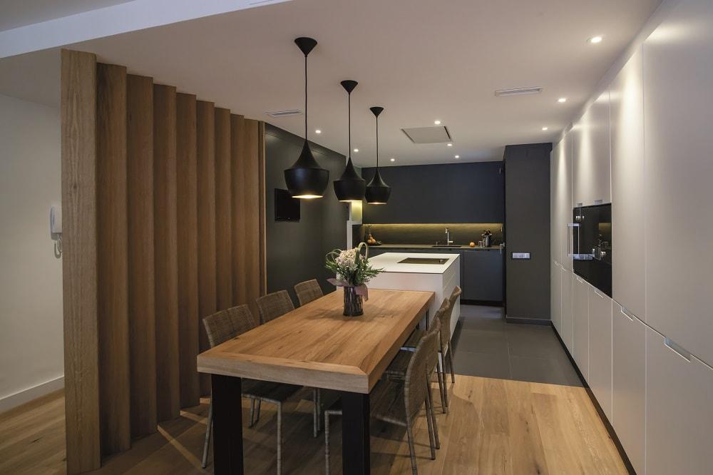 Colores neutros perfectos para integrar los ambientes cocinas con estilo - Isla de cocina con mesa ...