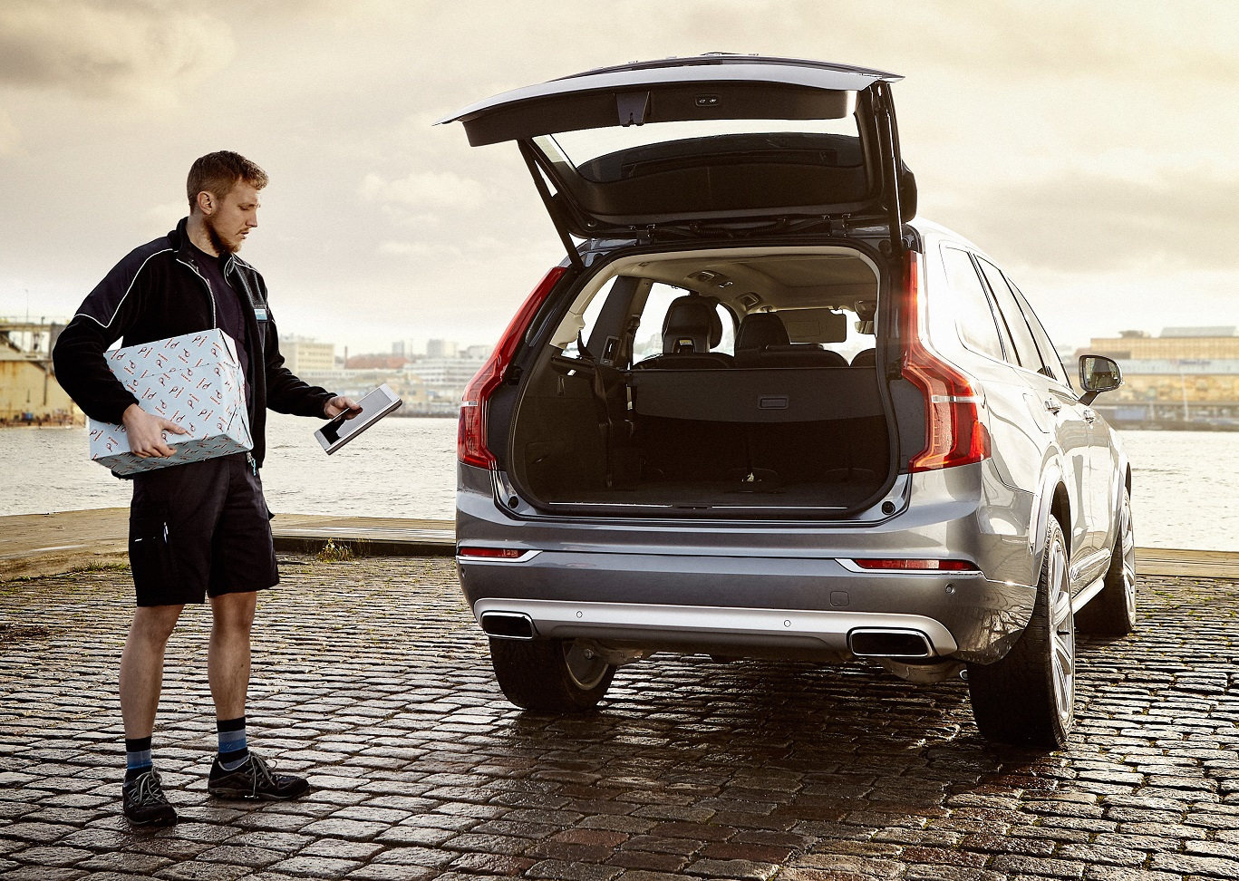 VOLVO IN CAR%2BDELIVERY%2BSERVICE 3 Η Volvo κάνει... delivery στο πόρτ μπαγκάζ σου Idea, Volvo, Volvo Cars