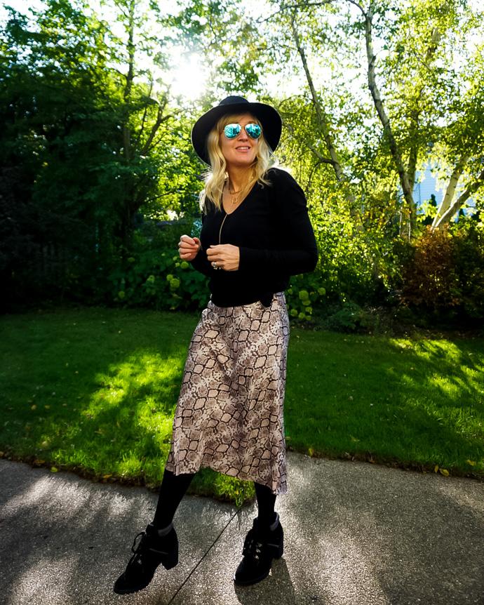 snakeskin skirt outfit idea