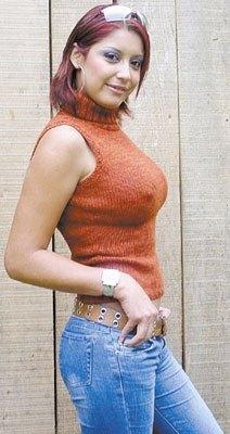 Foto de Karla Tarazona posando de perfil