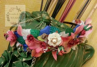 cinturón artesanal para boda con hojas y flores coloridas sobre cierre metálico