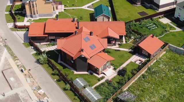Дегтярев  утверждает, что дом родителей небольшой – 260 кв. м., а остальное – пристройка, но на учет она не поставлена, т. к. строительство не завершено (денег не хватает)