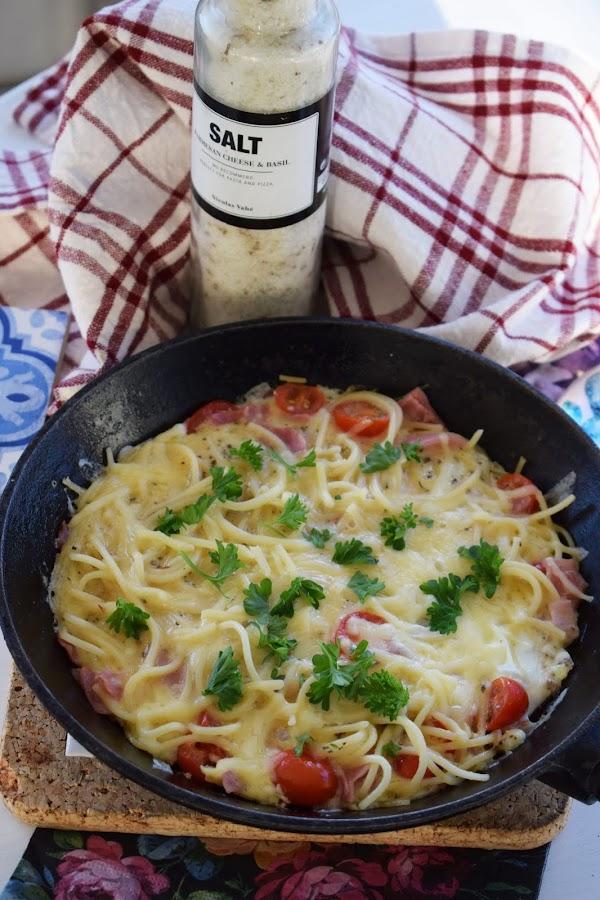 Omelett med spaghetti, skinka och tomater