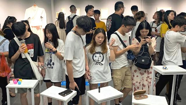 Giới trẻ chen chúc đến xem các hiện vật được trưng bày trong bảo tàng