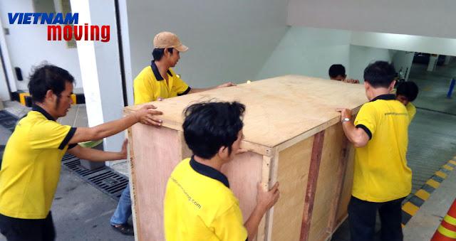 Các nhân viên VietnamMoving đang chuyển văn phòng