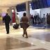 Mulher tira toda a roupa e desfila peladona em aeroporto americano