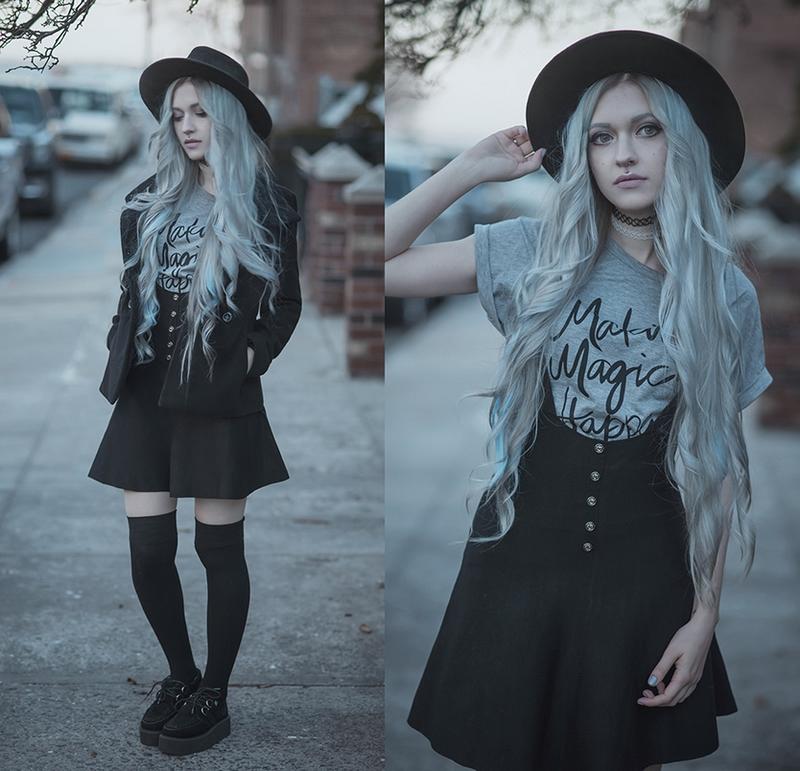 Anya Anti dans un ensemble de neo with, tout en noir et bleu