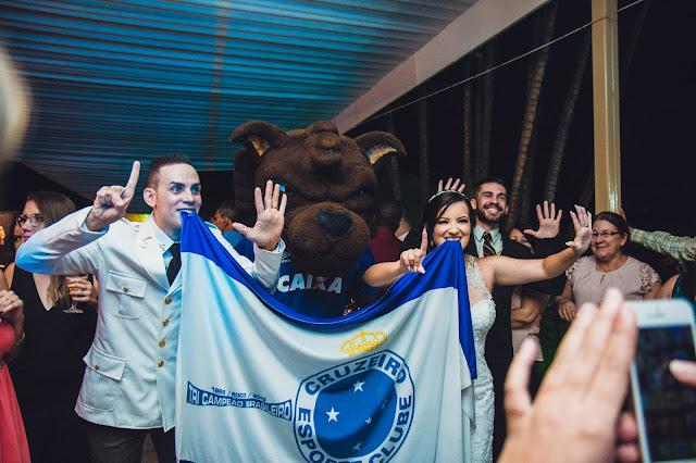 Raposão e noivos segurando bandeira do Cruzeiro