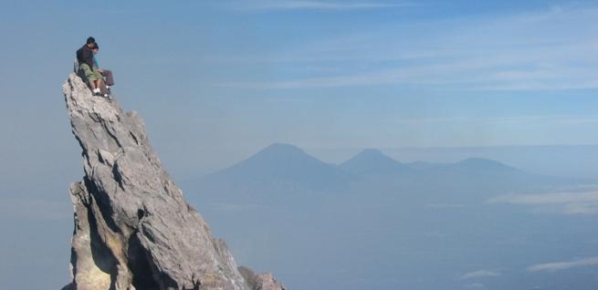 tempat wisata yang akan kita bahas pertama kali di kawasan merapi merbabu adalah puncak untuk mendaki gunung memang dapat ditempuh melalui