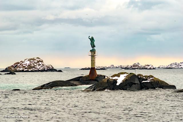 Svolvaer, estatua de la esposa del pescador, Fiskerkona - Islas Lofoten por El Guisante Verde Project
