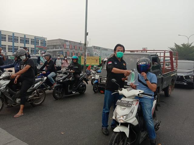 Peduli Bencana Kabut Asap, Iluni ITP Propinsi Riau Bagikan Masker