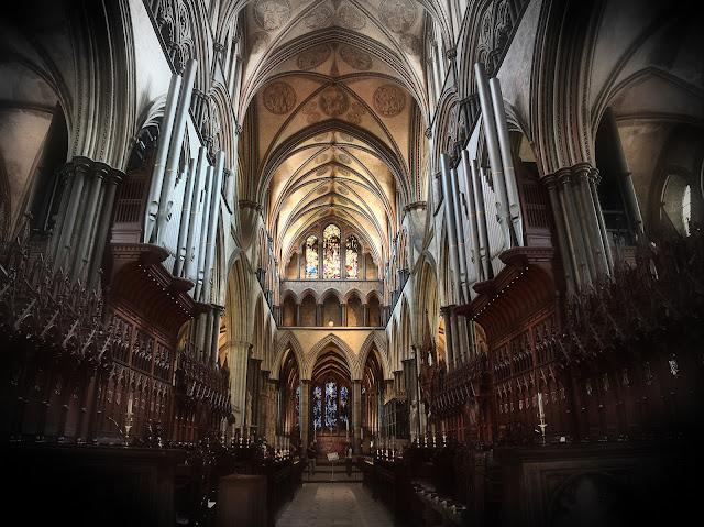 Das Kirchenschiff mit den beiden Orgeln