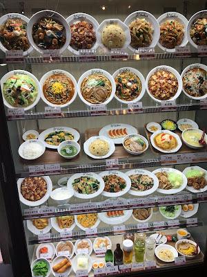 れんげ食堂Toshu(東秀)三軒茶屋店の店の前のディスプレイ
