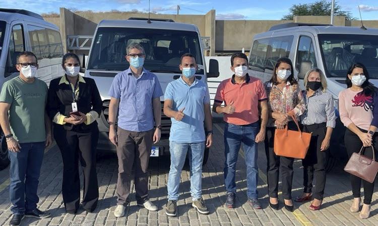 Prefeito de Ituaçu recebe nova van para transporte de pacientes