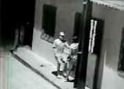 Mulher tem celular tomado de assalto na porta de casa em Pedreiras