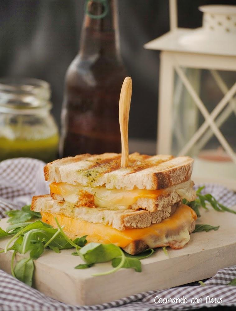 Sándwich con mozzarella y cheddar con salsa pesto
