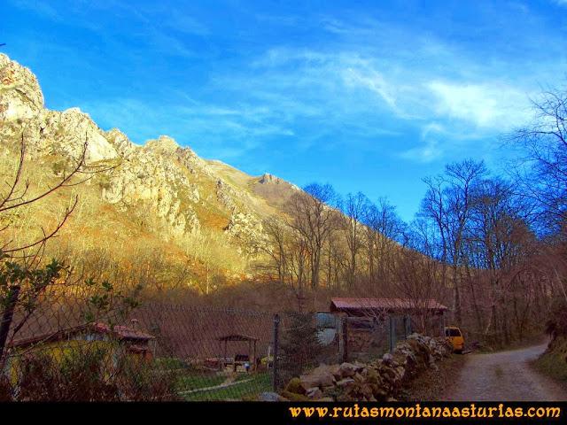 Ruta Pico Vízcares: Camino a la Pesanca, vista atrás para ver el soleado Vízcares