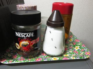 インスタントコーヒーの横に蟻を印刷したシュガーポット