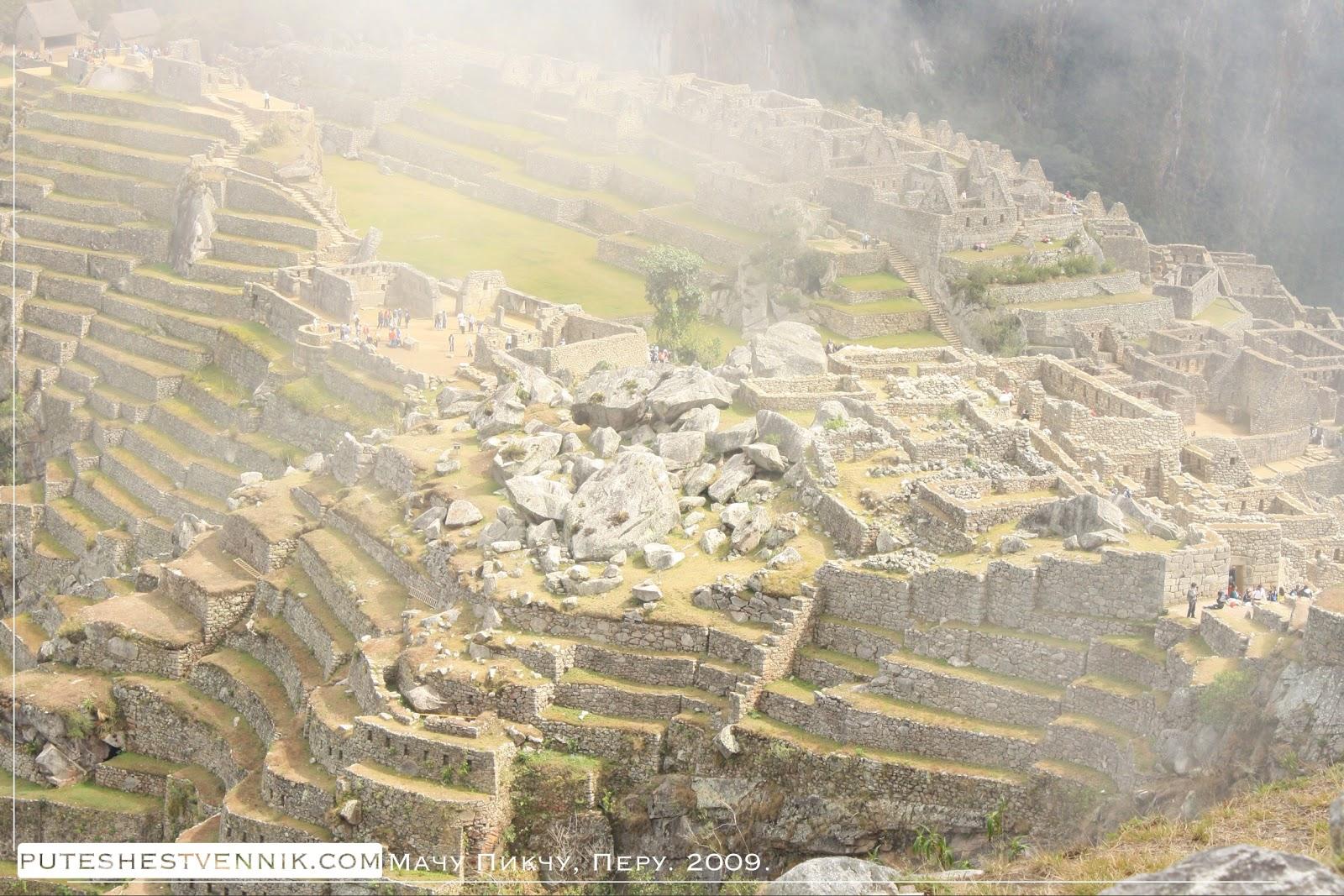 Дымка тумана над древними развалинами