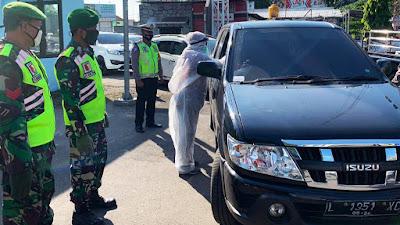 TNI- Polri dan GTPP Covid-19 Periksa Pengguna Jalan di Lamongan