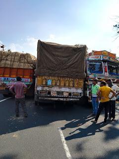 एनएच 547 छिंदवाड़ा नागपुर नेशनल हाईवे पर बढ़ते ट्रैफिक से तीन ट्रक आपस में फंसे