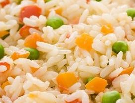 Foto do arroz temperado com legumes pronto para comer