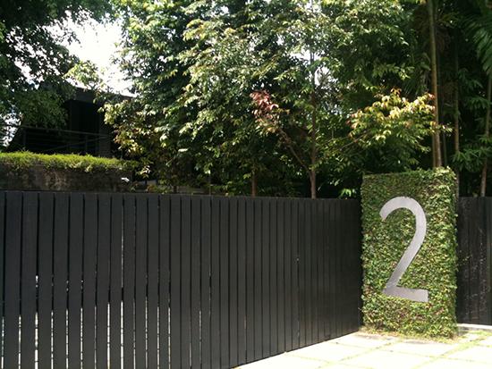 16 model desain nomor rumah sebagai aksen pagar