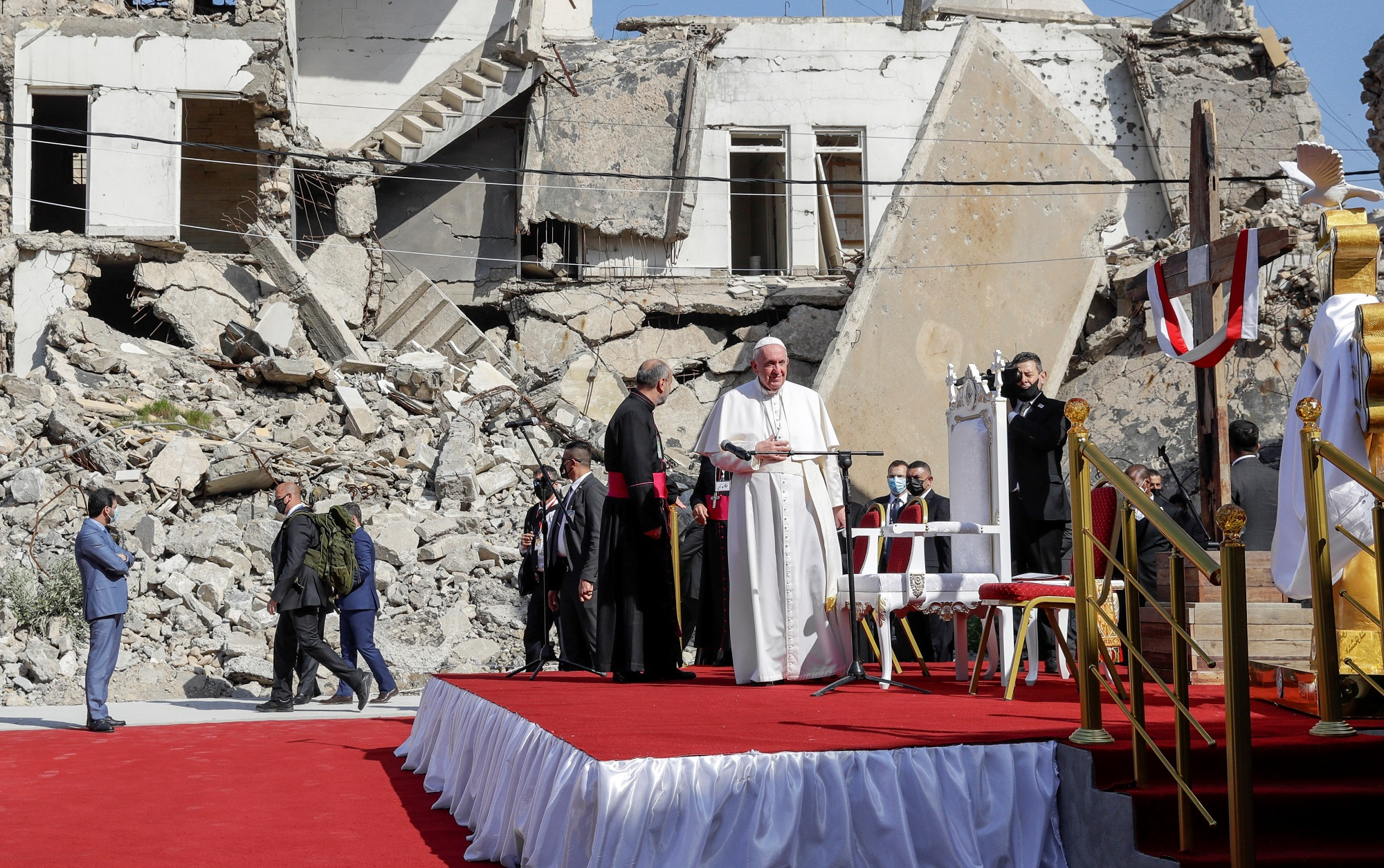"""Francisco en Irak: El papa le dijo """"no al terrorismo"""" y pidió que """"las mujeres sean respetadas y defendidas"""""""