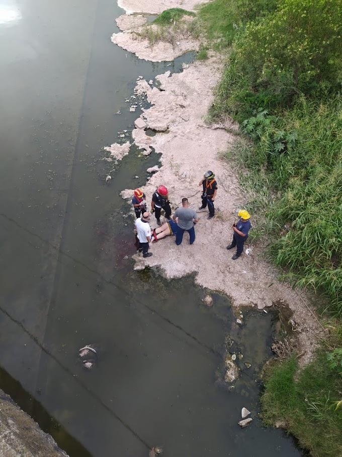 Bomberos rescató a una mujer que cayó al Arroyo Saladillo cerca del Puente de ayacucho
