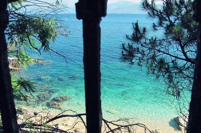 Kasiopi na Krfu priroda borovina i more